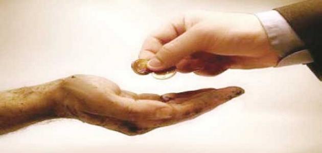 الصدقة على الفقير صدقة ، وعلى ذي الرحم اثنتان: أجر الصدقة وأجر صلة الرحم .