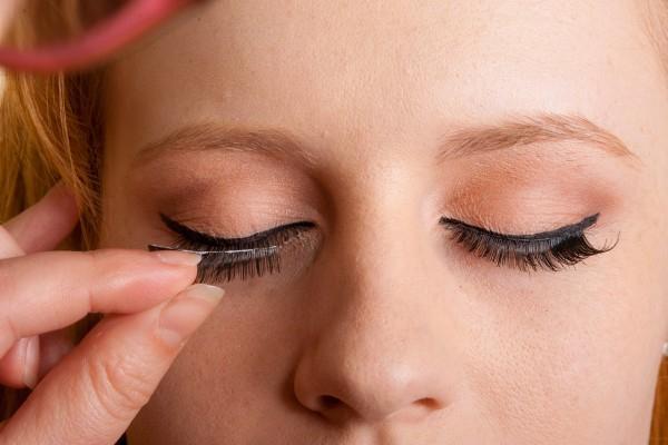 خمسة أضرار للرموش الصناعية من خلال أفضل دكتور عيون في جدة